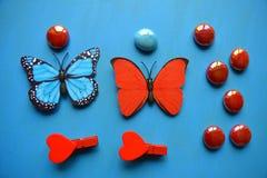 Corazones y piedras rojos del arte de las mariposas Fotografía de archivo