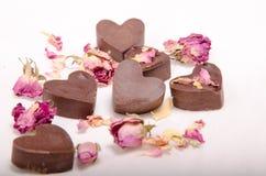 Corazones y rosas del chocolate fotografía de archivo libre de regalías