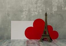 Corazones y torre Eiffel rojos en la foto común del fondo de madera imágenes de archivo libres de regalías