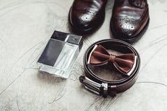 Corbata de lazo de Brown, perfume, zapatos de cuero y correa Novios que se casan mañana Ciérrese para arriba de los accesorios de Foto de archivo