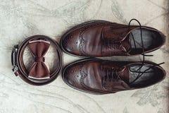 Corbata de lazo de Brown, zapatos de cuero y correa Novios que se casan mañana Ciérrese para arriba de los accesorios del hombre  Foto de archivo libre de regalías