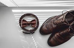 Corbata de lazo de Brown, zapatos de cuero y correa Novios que se casan mañana Ciérrese para arriba de los accesorios del hombre  Imágenes de archivo libres de regalías