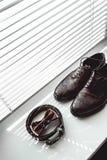 Corbata de lazo de Brown, zapatos de cuero y correa Novios que se casan mañana Ciérrese para arriba de los accesorios del hombre  Fotos de archivo libres de regalías