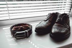 Corbata de lazo de Brown, zapatos de cuero y correa Novios que se casan mañana Ciérrese para arriba de los accesorios del hombre  Imagen de archivo libre de regalías