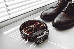Corbata de lazo de Brown, zapatos de cuero y correa Novios que se casan mañana Ciérrese para arriba de los accesorios del hombre  Foto de archivo