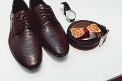 Corbata de lazo de madera, zapatos de cuero marrones, correa, reloj Novios que se casan mañana Ciérrese para arriba de los acceso Imagenes de archivo