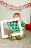 Corbata de lazo del niño que se sienta cerca de la chimenea Fotos de archivo