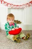 Corbata de lazo del niño que se sienta cerca de la chimenea Imagenes de archivo