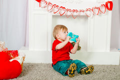 Corbata de lazo del niño que se sienta cerca de la chimenea Imagen de archivo libre de regalías