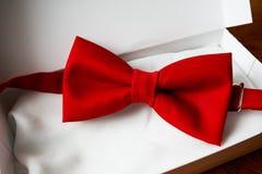 Corbata de lazo en caja de regalo Imagenes de archivo