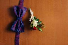 Corbata de lazo en un fondo de madera Imagen de archivo
