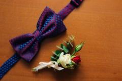 Corbata de lazo en un fondo de madera Fotos de archivo