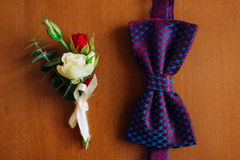 Corbata de lazo en un fondo de madera Fotografía de archivo