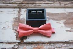 Corbata de lazo de los accesorios de la boda del ` s de los hombres, mancuernas y zapatos de cuero del vintage Imágenes de archivo libres de regalías