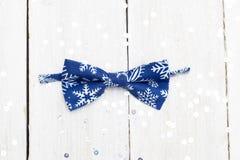 Corbata de lazo para un bebé por el Año Nuevo en un fondo brillante plano Foto de archivo