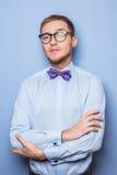 Corbata de lazo que lleva modelo masculina de la moda de los jóvenes y camisa azul Imágenes de archivo libres de regalías