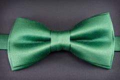 Corbata de lazo verde en negro Imagenes de archivo