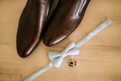 Corbata de lazo y zapatos marrones Foto de archivo