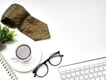 Corbata, taza de café caliente, despertador fotos de archivo