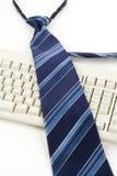 Corbata y teclado azules imagen de archivo libre de regalías