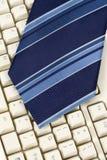 Corbata y teclado azules fotografía de archivo