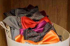 Corbatas de lazo coloreadas en una caja Imagen de archivo libre de regalías