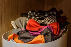 Corbatas de lazo coloreadas en una caja Imagen de archivo