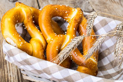 Corbeille à pain avec les bretzels bavarois faits maison traditionnels image libre de droits