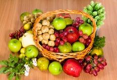 Corbeille de fruits Photos stock