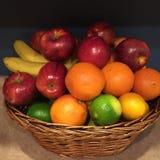 Corbeille de fruits Photographie stock libre de droits