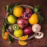 Corbeille de fruits toujours de la vie Saveurs et couleurs photos stock