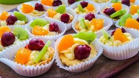 Corbeilles de fruits Photos libres de droits