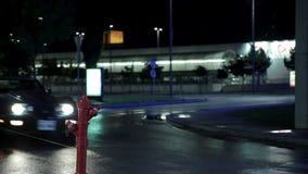 Corbeta azul que conduce más allá de la boca de riego en la noche almacen de metraje de vídeo
