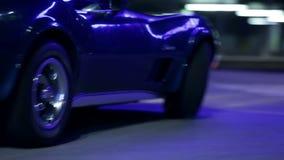 Corbeta azul que conduce más allá de la cámara y que para puntualmente después almacen de video