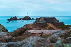 Corbiere-Leuchtturm, der auf einer Insel sitzt stockbild