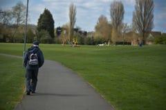 Corby, Ηνωμένο Βασίλειο 13 Μαρτίου 2019 - ηληκιωμένος που περπατά στο πάρκο φθινοπώρου r στοκ εικόνες με δικαίωμα ελεύθερης χρήσης