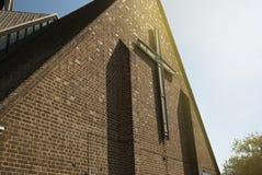 Corby, het Verenigd Koninkrijk - September, 01, 2018: Oude Middeleeuwse Engelse Kerk met bakstenen muren stock afbeeldingen