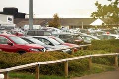 Corby, het Verenigd Koninkrijk - September, 01, 2018: Veel auto's die in de stad parkeren bezige dag, volledig parkeren, openluch stock fotografie