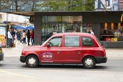 Corby, Regno Unito - 28 agosto 2018: Vista panoramica di ingorgo stradale in Corby con l'automobile rossa del taxi sulla via Fotografia Stock Libera da Diritti