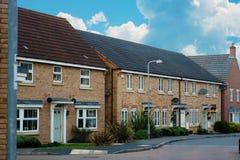 Corby, Reino Unido - 1 de enero de 2019 Casa inglesa tradicional, casa del ladrillo Al aire libre, opinión de la calle Cielo azul foto de archivo libre de regalías