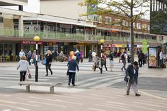 Corby, Royaume-Uni - 28 août 2018 : Foule des personnes anonymes marchant sur la rue occupée de ville Fin de jour d'été image libre de droits