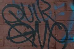 Corby, Royaume-Uni 4 avril 2019 - lettrage de graffiti, inscription avec la peinture de jet noire Ext?rieur, art de rue sur le mu image stock