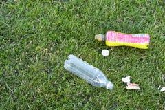 Corby, U k , Le 29 juin 2019 - déchets en plastique vides de bouteilles dans l'herbe, déchets zéro, planète de sauvegarde images libres de droits