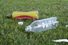 Corby, U k , Le 29 juin 2019 - déchets en plastique vides de bouteilles dans l'herbe, déchets zéro, planète de sauvegarde image stock