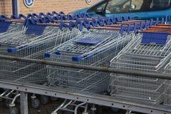Corby, U K, o 19 de março de 2019 - uma fileira longa de carros dos troles da compra na loja de LIDL, fora de um grande supermerc imagem de stock royalty free