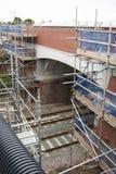 Corby, Vereinigtes Königreich - 29. August 2018: altes klassisches brik englisches Gebäude Carried out legte Reparaturarbeit über stockfoto