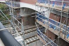 Corby, Vereinigtes Königreich - 29. August 2018: altes klassisches brik englisches Gebäude Carried out legte Reparaturarbeit über stockbilder