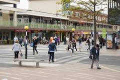 Corby, Vereinigtes Königreich - 28. August 2018: Menge von den anonymen Leuten, die auf beschäftigte Stadtstraße gehen Ende des S lizenzfreies stockbild