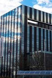 Corby, Vereinigtes Königreich - 1. Januar 2019 - Corby Cube-Gebäude, Corby Borough Council Modernes Stadtbild mit Bürogebäuden stockfotografie