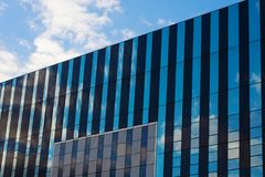 Corby, Vereinigtes Königreich - 1. Januar 2019 - Corby Cube-Gebäude, Corby Borough Council Modernes Stadtbild mit Bürogebäuden lizenzfreies stockfoto